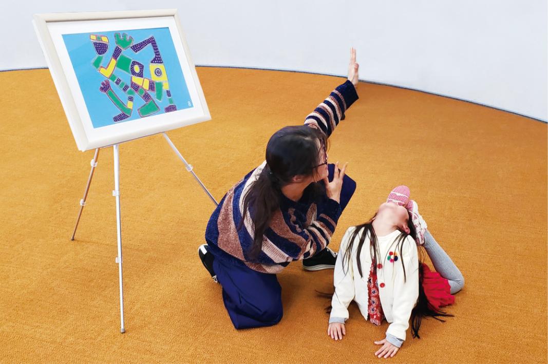 親子で力を合わせてアートになりきるプログラム。