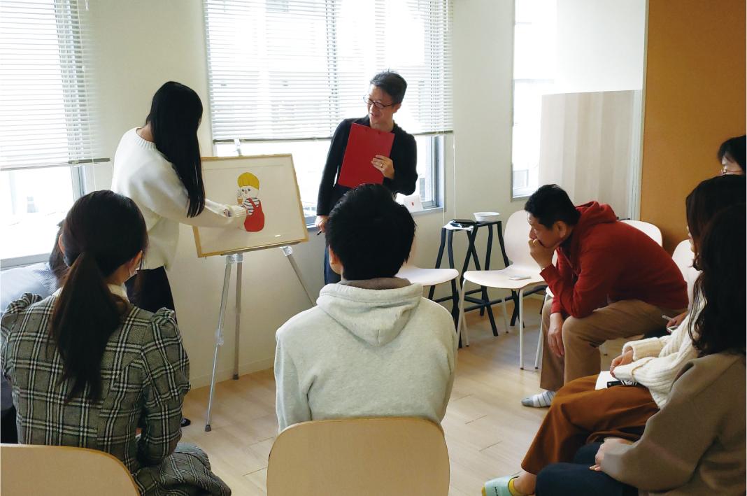 対話型アート鑑賞法で、体験者から想像力を引き出している様子。