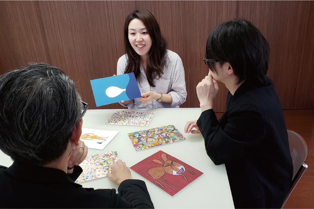 大人数の対話型アート鑑賞はグループに別れて実施。