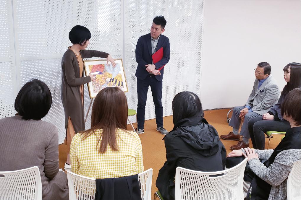 アートを囲みながら行う少人数の対話型アート鑑賞。